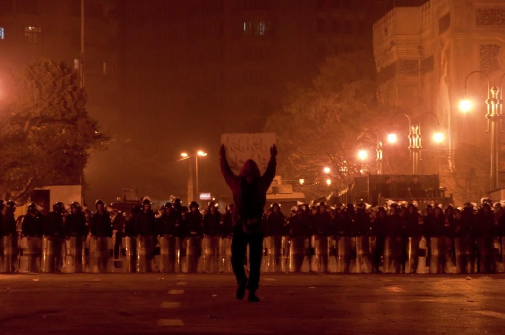 Эта фотография, сделанная в Египте во время событий «арабской весны», вдохновила Леонарда Менчиари на создание Riot.