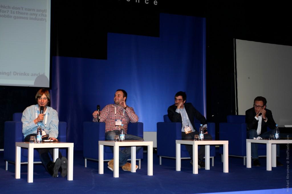Мобильные разработчики и издатели обсуждают, как всё плохо. Слева направо: Александр Зверев (Yandex), Евгений Кочубеев (Kama Games), Михаил Малый (Mail.Ru) и Валентин Мерзликин (Prosto Games).