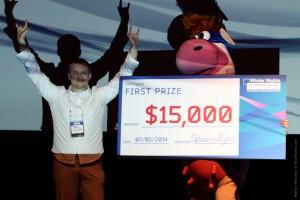 Счастливый победитель Денис Войханский (Alis Games) показывает корове козу.
