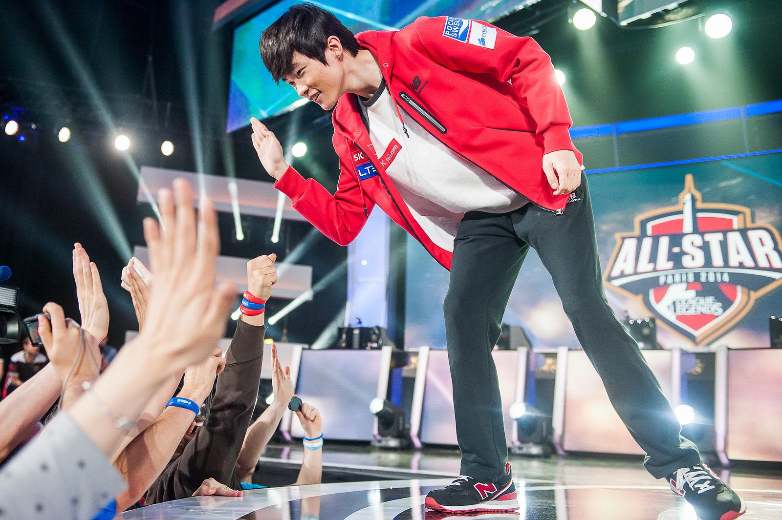 Многие корейские игроки в LoL переезжают в Китай в погоне за большими зарплатами. Faker же не согласился покидать родину и SK Telecom T1 даже в обмен на контракт на сумму больше $1 млн.