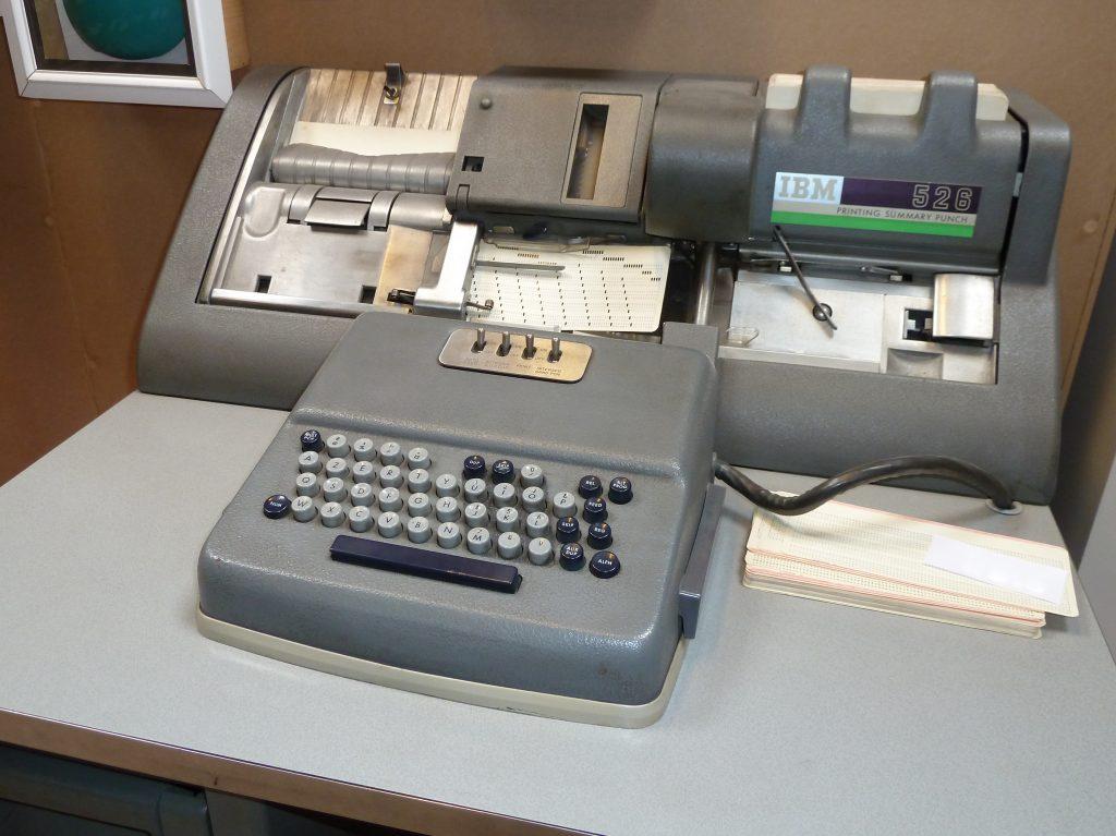 Перфоратор для электронно-вычислительных машин. Я такие еще застала на школьном УПК, но они уже выглядели пережитками прошлого... зато на перфокартах было так удобно делать заметки!