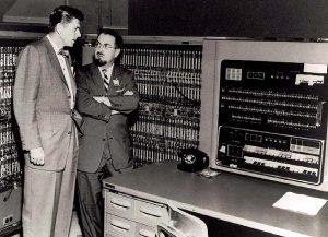 ЭВМ IBM 701, однотипная с той, на которой проводили Джорджтаунский эксперимент, и будущий президент США Рональд Рейган (тогда снимался в телерекламе General Electric).