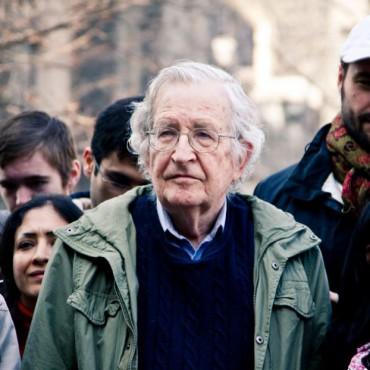 """Философ, по-прежнему профессор MIT Ноам Хомский среди участников митинга """"Захвати Уолл-Стрит"""" (2011). Хомского шатало изрядно, правда, он еще до того, как стать гением лингвистики, был юным анархистом."""