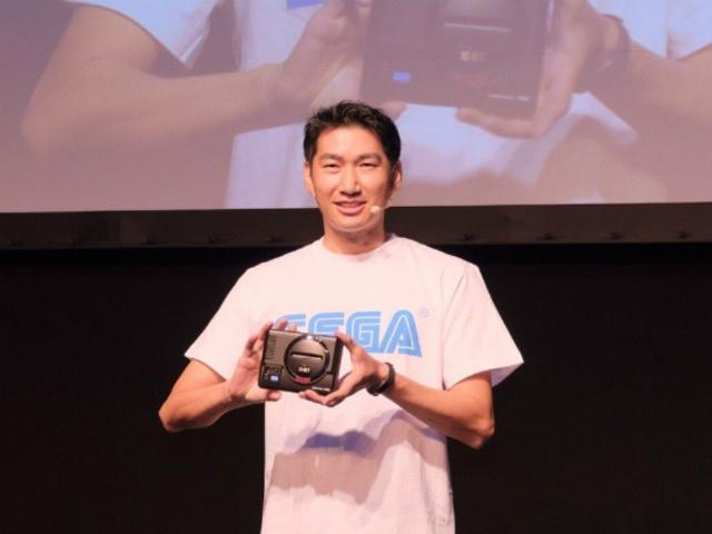 Харуки Сатоми с Sega Mega Drive Mini.